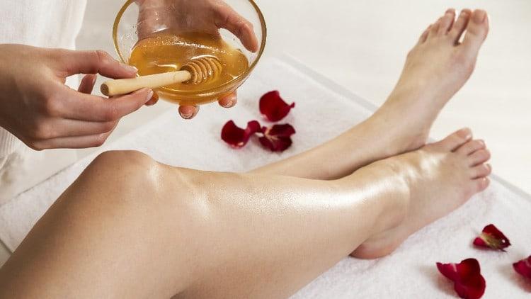 Esthéticienne cire épile jambes