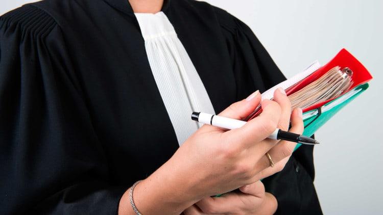 femme robe de juriste dossiers dans les mains