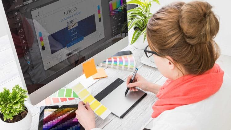Designer travaille sur un logo d'entreprise