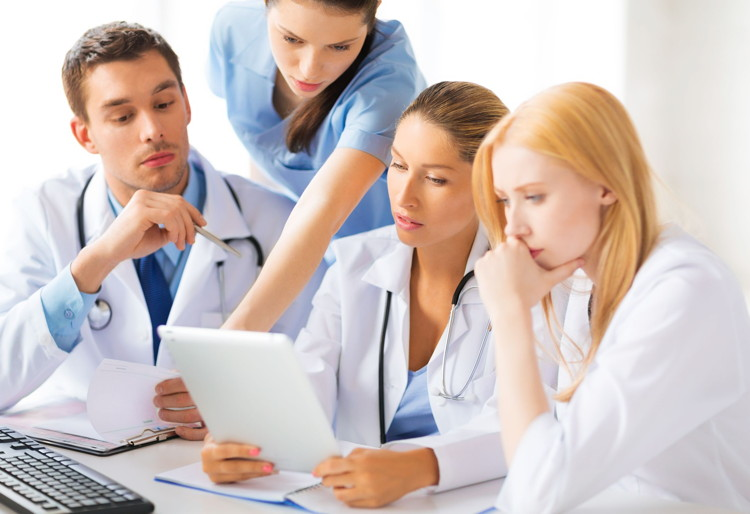 Le secteur paramédical offre un panel de métiers du soin, techniques et de la rééducation.