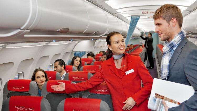 Les hôtesses de l'air accueillent les passagers avec le sourire
