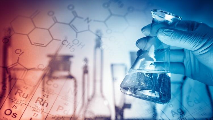 Outils de laboratoire dans les mains d'un scientifique