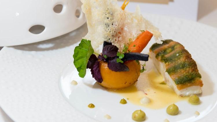 Turbot cuit sur arête, croute génoise en deux couleurs, navet boule d'or en purée, carottes et beurre blanc au safran