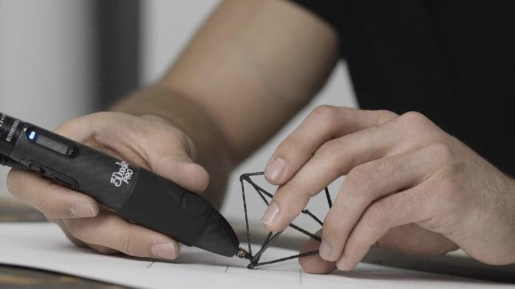 main qui utilise un stylo 3d