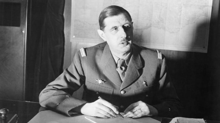 Charles de Gaulle assis
