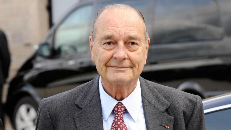 Jacques Chirac devant une voiture