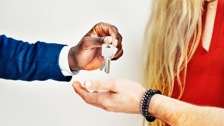 Homme donne des clés à une femme
